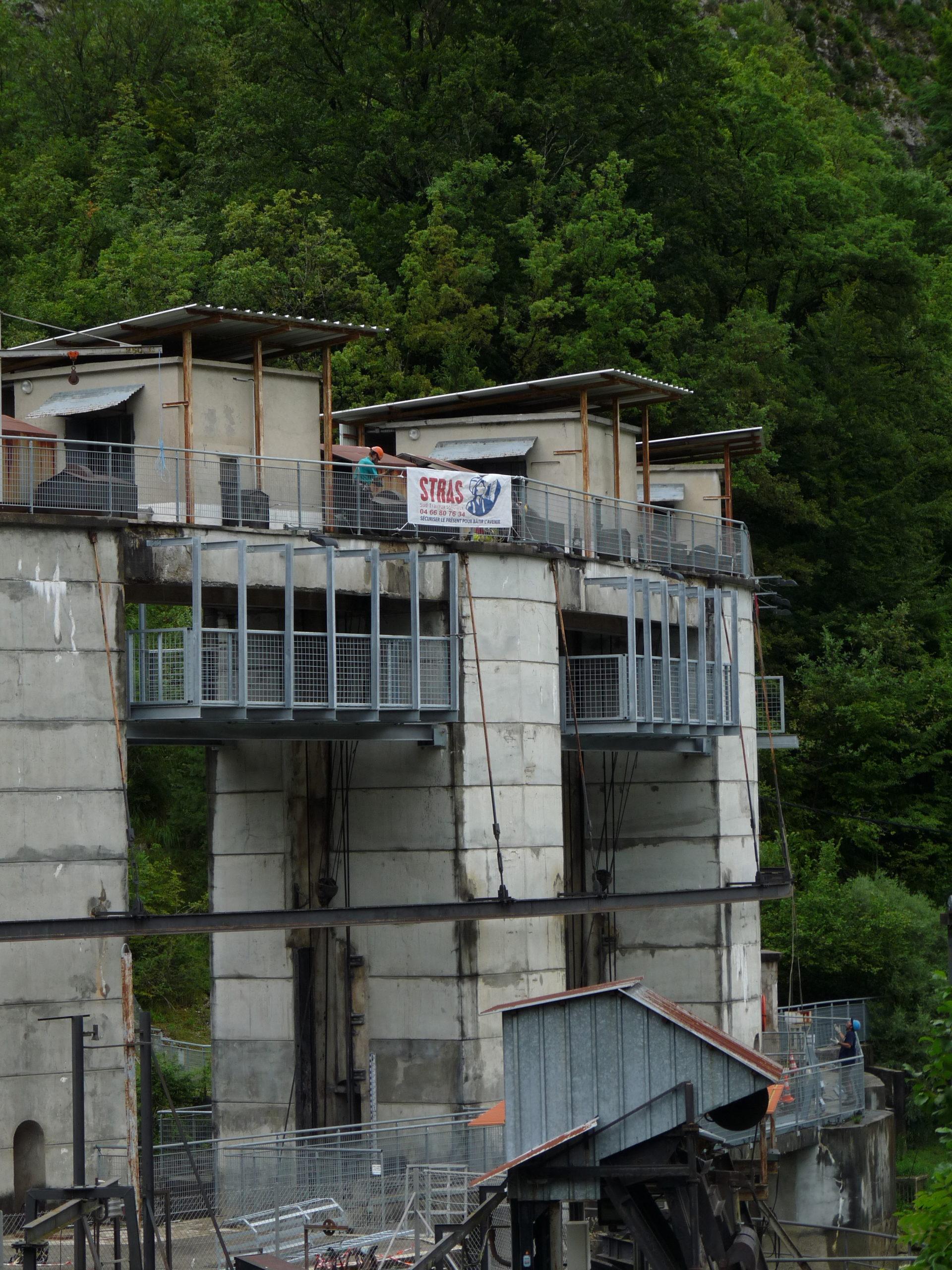 Montage de passerelle en sous face des élévations du barrage